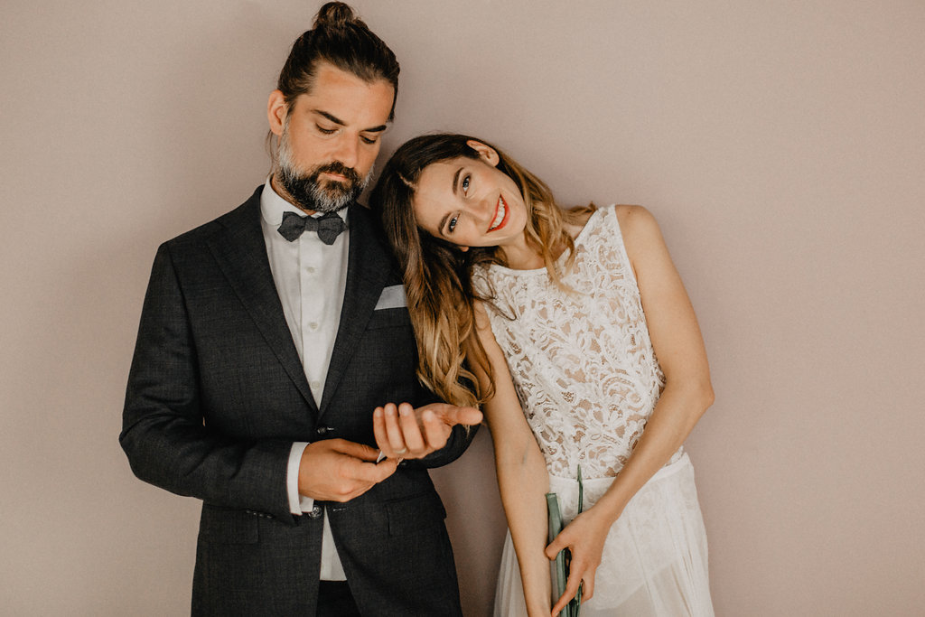 Modern Bride and Groom with natural Styling by Green Makeup Artist Lena Klein from Paper and Powder